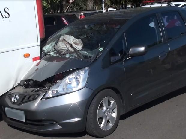 Carro entrou embaixo de ônibus na UFSCar de São Carlos (Foto: Luã Viegas/ EPTV)