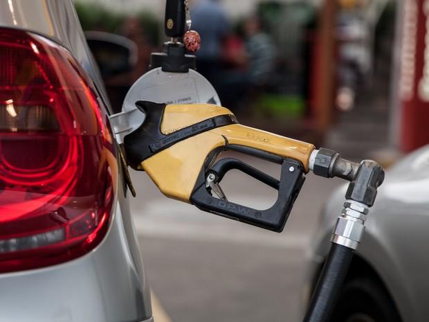 Bomba de combustível abastece carro em posto de São Paulo. gasolina, preço da gasolina, álcool, diesel, frentista, combustíveis, reajuste, aumento. -HN- (Foto: Marcelo Brandt/G1)