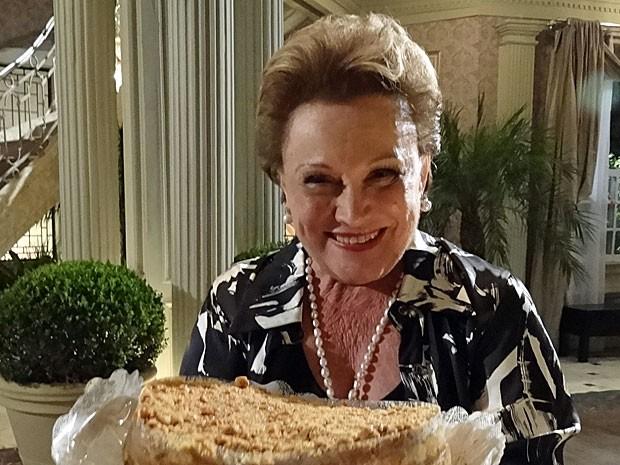 Nicette Bruno exibe o bolo que ganhou no dia do aniversário (Foto: Salve Jorge/TV Globo)