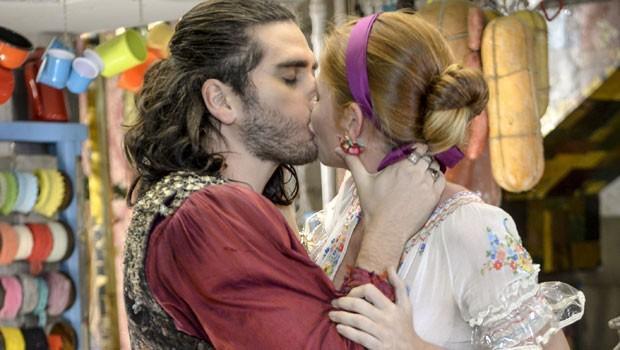 Viramundo dá um beijo de tirar o fôlego (Foto: Globo/Renato Rocha Miranda)