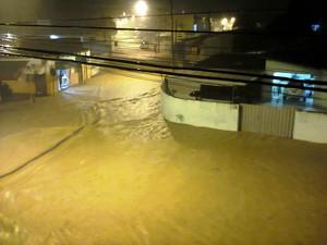 Devido ao grande volume de chuva, algumas ruas ficaram completamente alagadas em Itajaí (Foto: Guilherme Ristow/VC no G1)