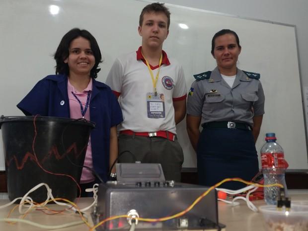 Ryan Balestieri ao lado das tutoras, Tenente PM Erika Ossuci e a tecnica em eletrotécnica Larissa França (Foto: Toni Francis/ G1)