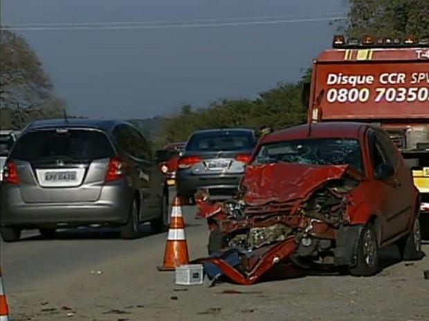 Duas pessoas foram retiradas do automóvel com ferimentos graves  (Foto: Reprodução/TV TEM)