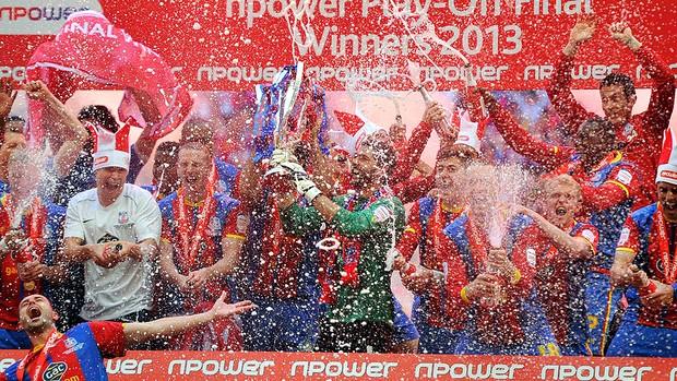 Crystal Palace comemoração título Wembley (Foto: Reuters)