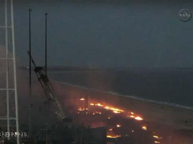 Imagem da TV Nasa mostra chamas de fogo em local em que explodiu o foguete não tripulado Antares nesta terça-feira (28) (Foto: Reprodução/ TV Nasa)