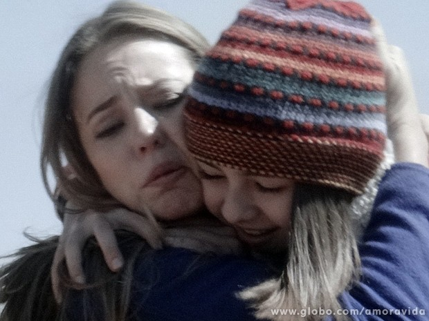 Emocionadas, as duas se abraçam, como se não estivessem acreditando (Foto: Amor à Vida / TV Globo)