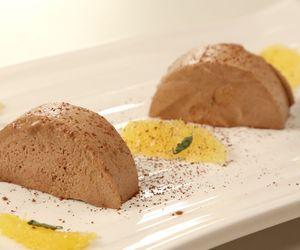 Parfait gelado de chocolate com creme de laranja e manjericão