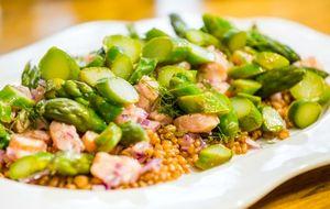 Salada de trigo com ceviche de salmão, aspargos e pinoles torrados
