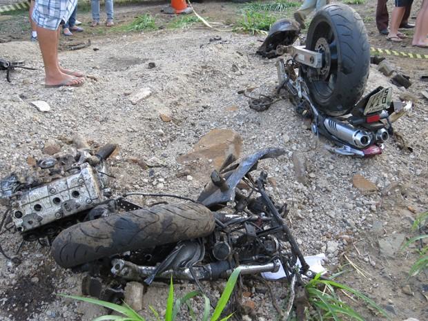 Impacto com caminhão partiu moto ao meio próximo a Capetinga (MG) (Foto: Hélder Almeida / Clicfolha)