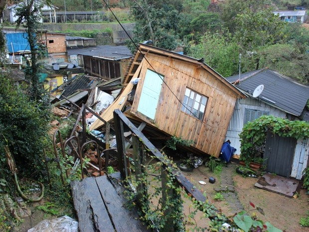 Casa no Morro da Queimada, em Florianópolis, deslizou no terreno e tombou sobre parte de uma segunda moradia, em Florianópolis (Foto: Divulgação/ SMHSA)