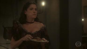 Elvira invade a cozinha do palácio