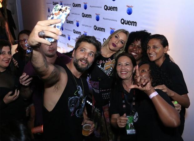 Gagliasso faz selfies ao lado de Giovanna Ewbank e de funcionárias do Rock in Rio (Foto: Marcos Rosa/Editora Globo)