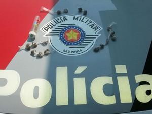 Porções de maconha foram apreendidas pela polícia  (Foto: Divulgação/Polícia Militar)