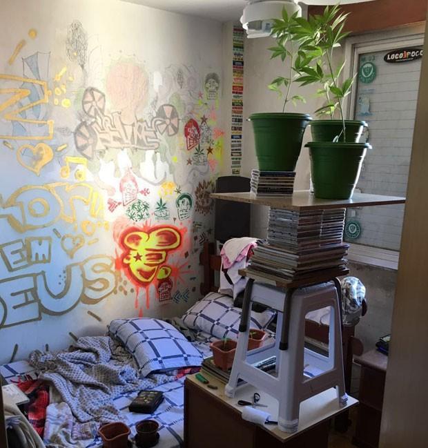 Foto tirada no quarto depois do crime mostra parte do cultivo de maconha que Felipe mantinha (Foto: Reprodução/Whatsapp)