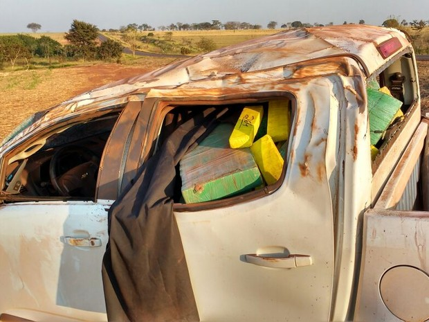 Apreensão droga em caminhonete - Iturama (MG) (Foto: Polícia Militar/Divulgação)