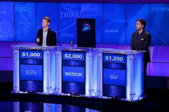 Em 2011, o supercomputador da IBM ganhou com grande vantagem dos americanos Ken Jennings e Brad Rutter, dois conhecidos vencedores do programa de TV 'Jeopardy' (Foto: Ben Hider/Getty Images)