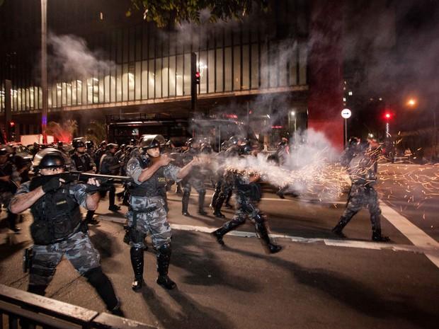 Polícia investe contra pessoas que tentavam ocupar a Avenida Paulista, em frente ao Masp (Foto: Rodrigo Dionisio/Frame/Estadão Conteúdo)