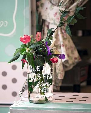 O pote de conserva usado como vaso traz bons desejos escritos com tinta plástica. Vale com qualquer arranjo de flores (Foto: Divulgação)