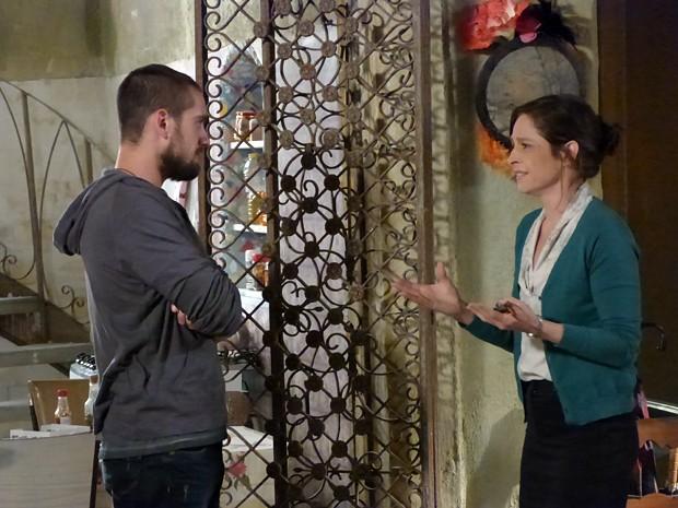 Cora pede para Vicente convidá-la para a reinauguração do restaurante (Foto: Gshow)