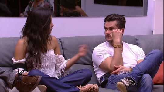 Emilly pede que Marcos e Ilmar fiquem mais perto dela no sofá