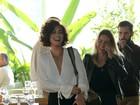 Juliana Paes aposta em decote sensual e pernas à mostra em evento