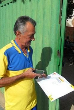 Carteiro entregando pacotes do Sedex 10 com auxílio de smartphone. (Foto: Divulgação/Correios)