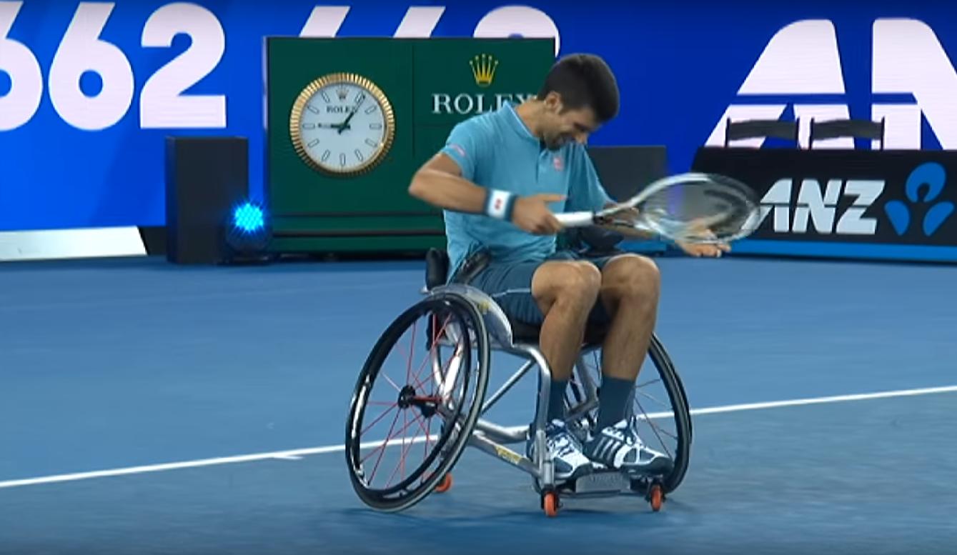 Novak Djokovic jogando tênis em cadeira de rodas (Foto: Reprodução/Youtube)