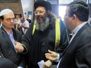 Sheik Ahmad (ao centro) discute com o diácono Nélson (à direita) (Foto: Bernardo Tabak/G1)