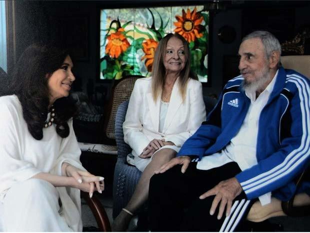 Cristina Kirchner visita Fidel Castro e sua esposa Dalia Soto del Valle (Foto: Reprodução/ Twitter/ Cristina Kirchner)