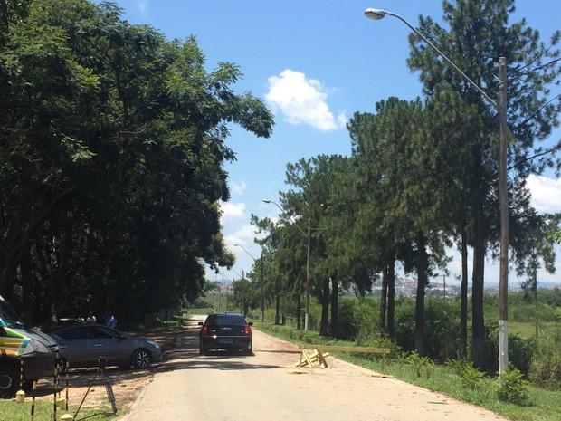 Carro que levava Rogério Lins deixou a penitenciária 12h26 desta sexta. (Foto: Camilla Motta/G1)