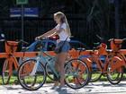 De shortinho, Yasmin Brunet passeia de bicicleta na orla do Rio