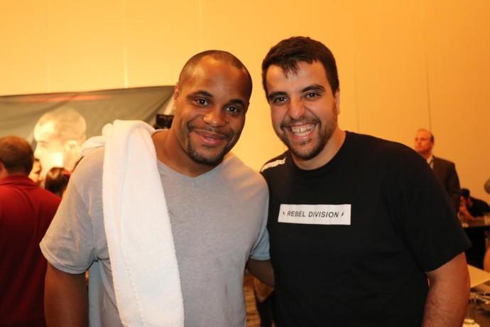 Daniel Cormier e o treinador de jiu-jítsu da AKA, Leandro Viera, nos bastidores do UFC 188 (Foto: Evelyn Rodrigues)