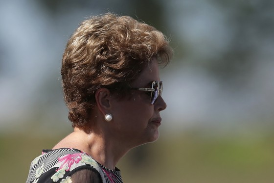 Dilma Rousseff visita centro de controle do satélite geoestacionário brasileiro (Foto: Eraldo Peres/AP)