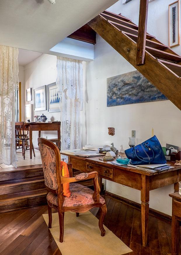 escritório-mesa-cadeira-escada-madeira (Foto: Lufe Gomes/Life by Lufe)