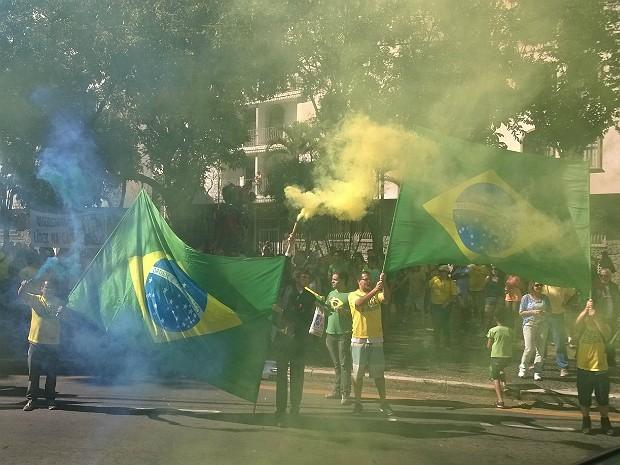 Manifestantes se concentram na Praça Jarbas de Lery em Juiz de Fora e se preparam para sair em passeata pela ruas da região central da cidade