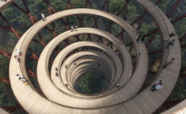 Uma torre em espiral para apreciar a floresta na Dinamarca (Foto: Effekt)