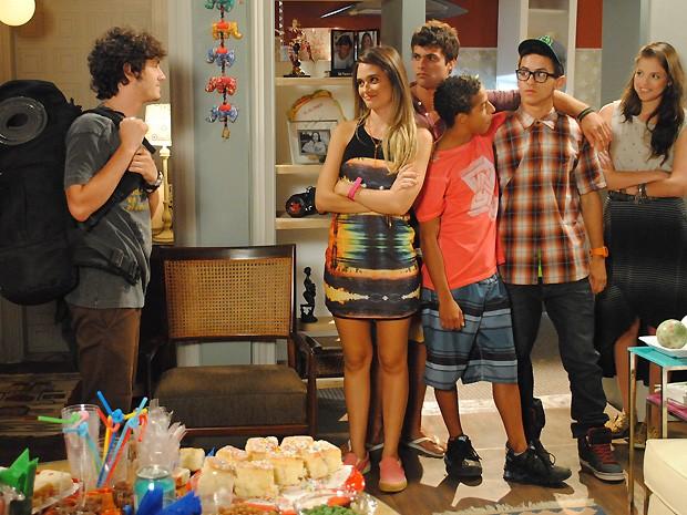 Dinho fica feliz na despedida que os amigos fazem para ele em casa (Foto: Malhação / TV Globo)