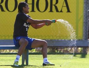 Marcelo Moreno se refresca em treino do Grêmio (Foto: Lucas Uebel/Grêmio FBPA)