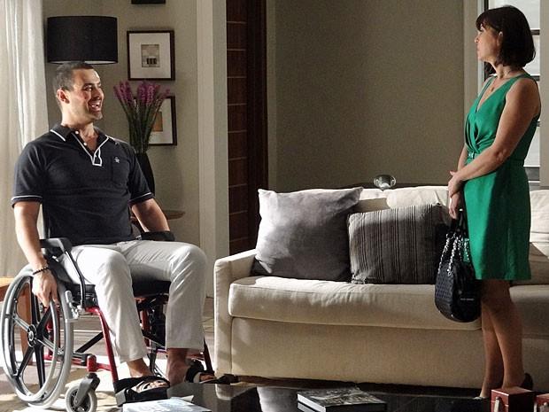 Fernando chega a se divertir com o que aconteceu e irrita Regina (Foto: Amor Eterno Amor/TV Globo)