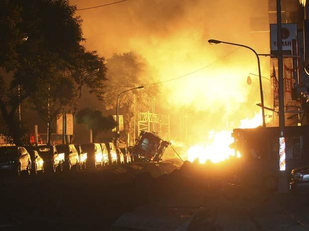 Chamas iluminam a noite em Taiwan, depois que o vazamento de gás provocou série de esplosões em Kaohsiung, nesta quinta-feira (31) (Foto: AP Foto)