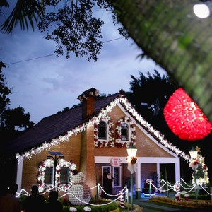Crianças visitam casa decorada de Papai Noel (Marcel Fraga )