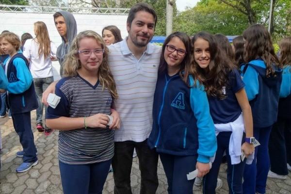 Potter e crianças (Foto: Paula Menezes, RBS TV)