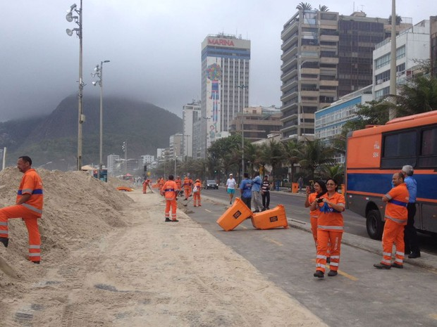 Funcionários da Comlurbn continuavam trabalhando na manhã deste domingo (30) (Foto: Débora Pacheco / G1 Rio)