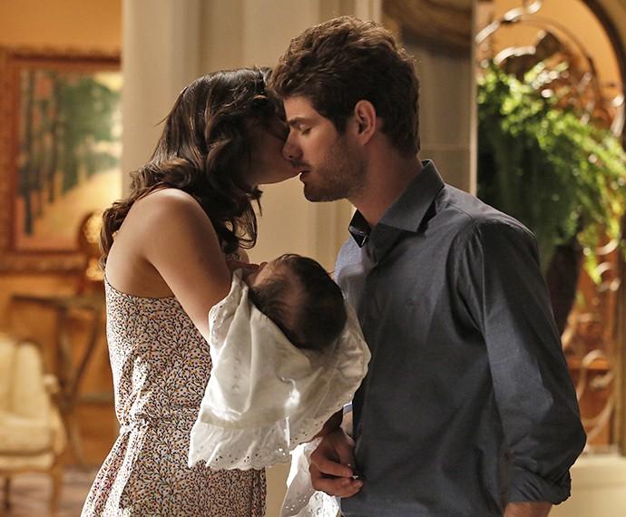 Mari dá beijinho em Ben para acalmá-lo (Foto: Raphael Dias/Gshow)