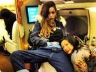 Rihanna faz carão e posa com a mão dentro da calça