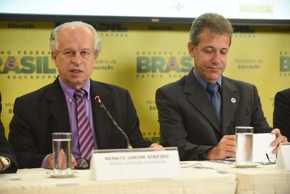 Os ministros da Educação (Janine Ribeiro) e da Saúde (Chioro) em coletiva sobre o Mais Médicos (Foto: Divulgação/MEC)