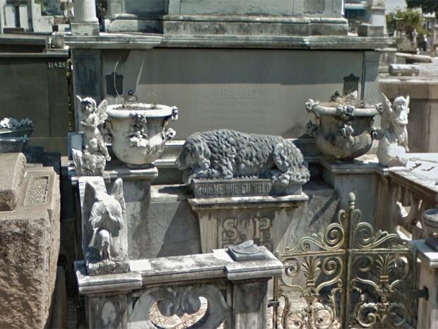 Túmulo com imagem de cachorro no Cemitério São João Batista, na Zona Sul do Rio (Foto: Reprodução/ Google Street View)