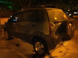 Nas imediações de editora, grupo tentou colocar fogo em carro. (Foto: Marcelo Mora/G1)