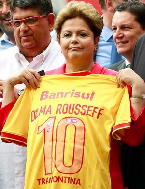Dilma recebe camisa do Internacional inauguração Beira-Rio estádio (Foto: Jefferson Bernardes / AFP)