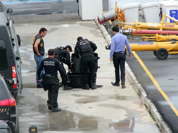 Armamentos contidos em mala foram confiscados pela PF (Foto: Jamile Alves/G1 AM)